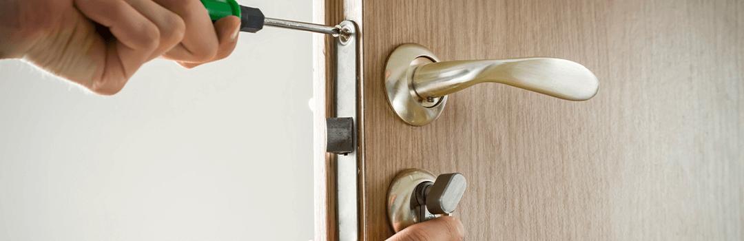 Door handle with a thumb turn lock
